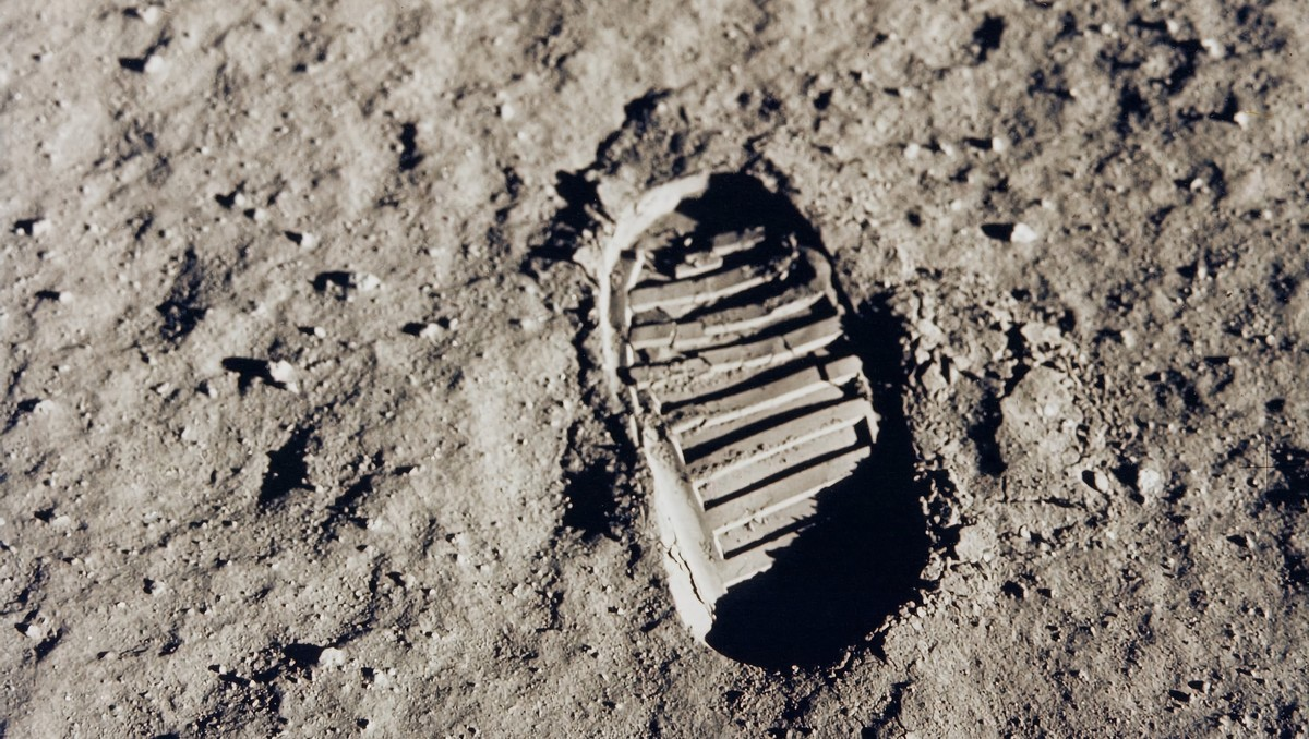 Stopa astronauta z kosmického programu Apollo 11.