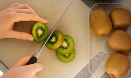 Kiwi je jednou z potravin, které posílí zdraví, potažmo imunitní systém.