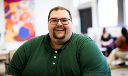 Mladý muž, kterého sužuje výrazná obezita.