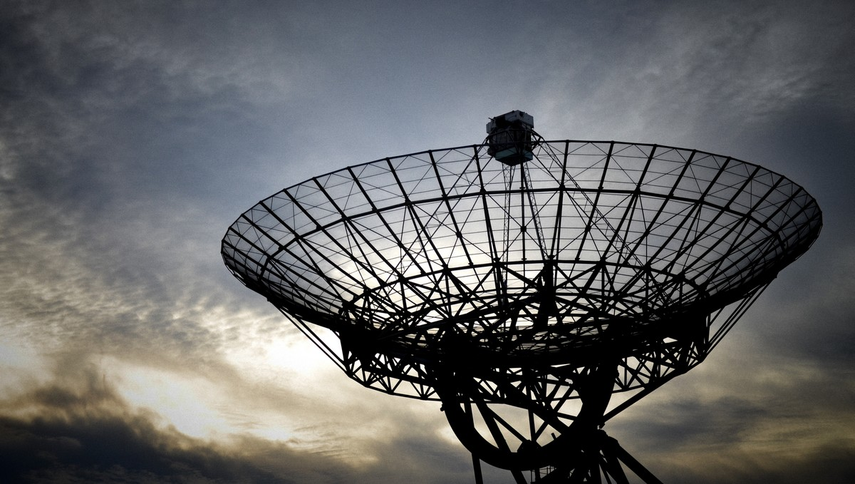 Radioteleskop Arecibo směřující k nebesům.